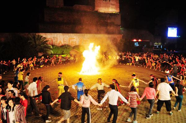 篝火晚會 - 由來 是草原人民一種傳統的歡慶形式,相傳在遠古時代,人們學會了鑽木取火之後,發現火不僅可以烤熟食物,還可以驅吓野獸,保護自己的生命安全,于是,對火産生了最初的崇敬之情。後來,人們外出打獵滿載而歸,互相慶祝獲得了豐厚的戰利品,傍晚,在用火烤熟食物的過程中,便互相拉手圍着火堆跳舞以表達自己喜悅愉快的心情,這種歡慶的形式一直延續到今天,就形成了篝火晚會。